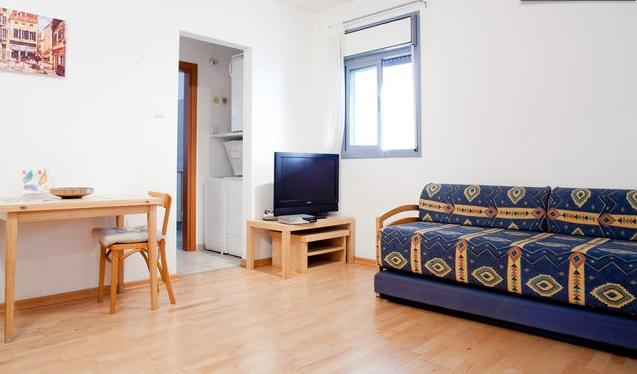 Bright modern Studio Apartment: On Achuza, East Raanana, alquiler vacacional en Ra'anana