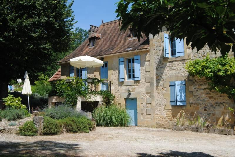 Antigua casa de piedra con impresionantes jardines y piscina privada.