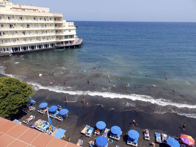 Beachfront penthouse  with wifi and sat tv, Medano, holiday rental in El Medano
