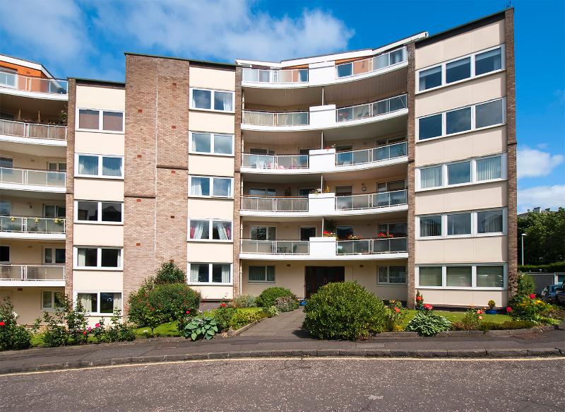 2nd Floor flat with private parking and communal gardens!