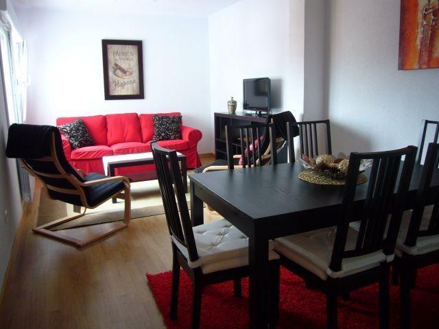 Amplio Salón Comedor con gran ventanal, con sofá confortable, 2 butacas y mueble salón con TV plana