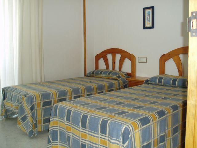 Dormitorio doble 1 con armario empotrado revestido.