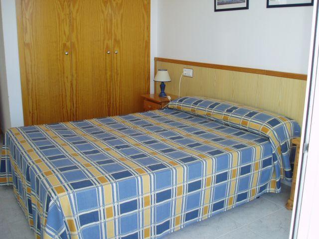 Dormitorio principal con baño completo.