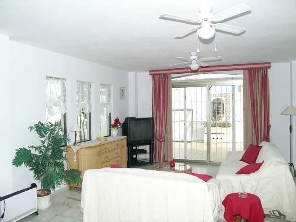 Spacious 2 Bedroom Apartment Good Location Near Beach  on Al Baida Complex, Ferienwohnung in Roquetas de Mar