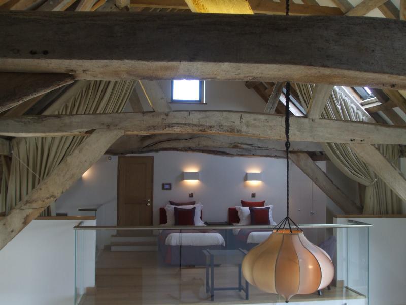 Tres dormitorios mostrando atado detrás de cortinas de privacidad