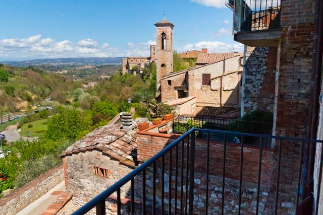 Amazing Tuscan holiday apartment in the historical Town centre of Colle di Val d'Elsa, sleeps 4, holiday rental in Montecchio