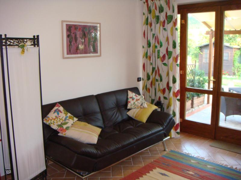CARDELLINO - stylish leather sofa-bed with views across lovely gardens