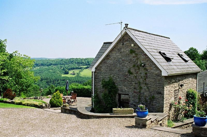 Robin's Barn, overlooking the Wye Valley and Forest of Dean with walks from the door. Woodburner.