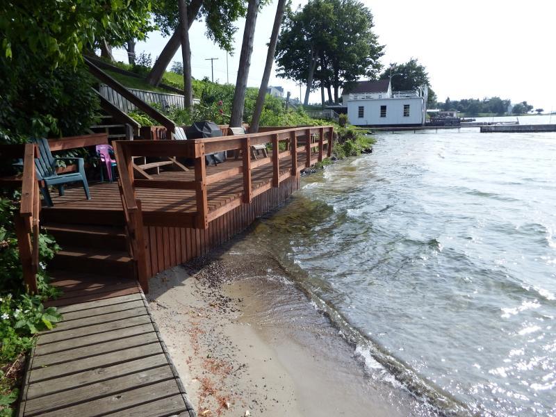 Déguster assis sur le pont directement sur le bord de l'eau