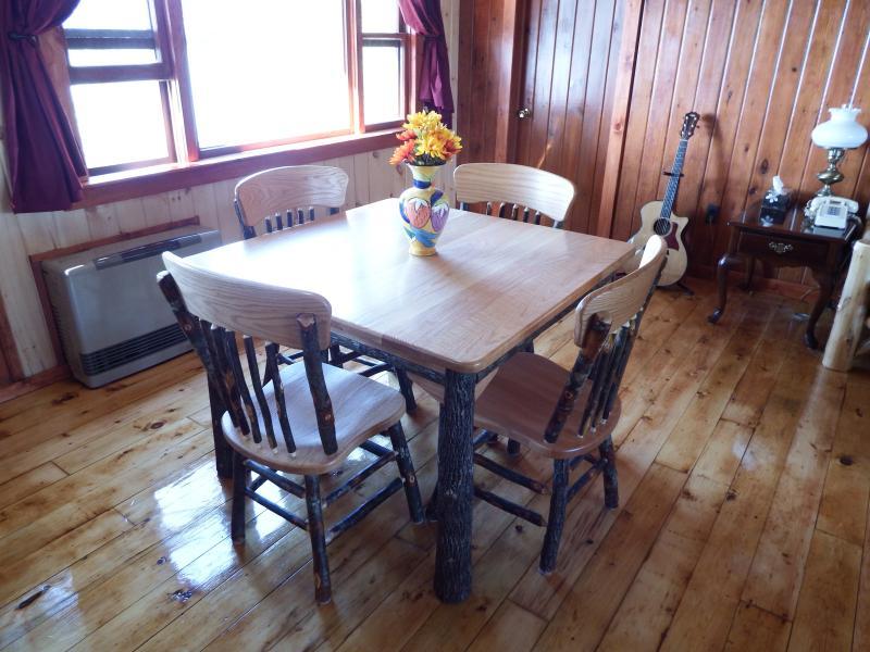 Amish construit Table/chaises, vue spectaculaire depuis la grande fenêtre