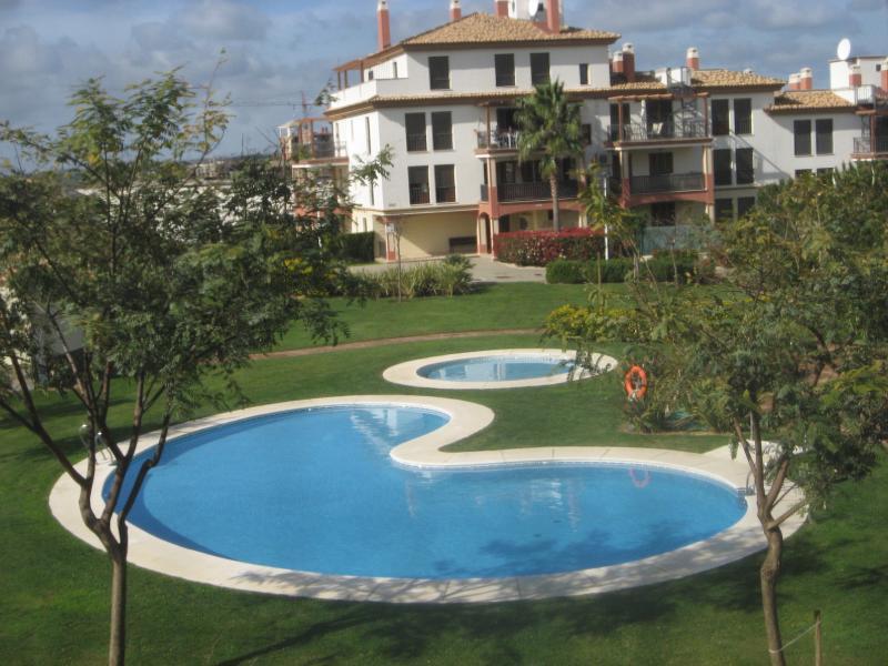 Vistas desde la primera terraza - piscina adultos y niños. Mientras desayunas es lo que ves...