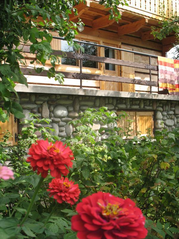 Balkon - veel bloemen overal in de tuin