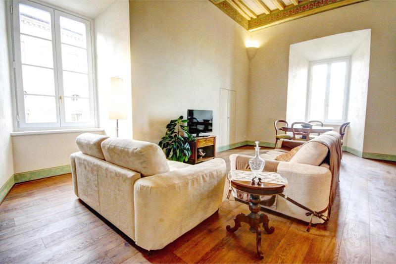 Elegant 2 bedroom apt in historic Siena residence-Very central near Campo Square, holiday rental in Moltacino