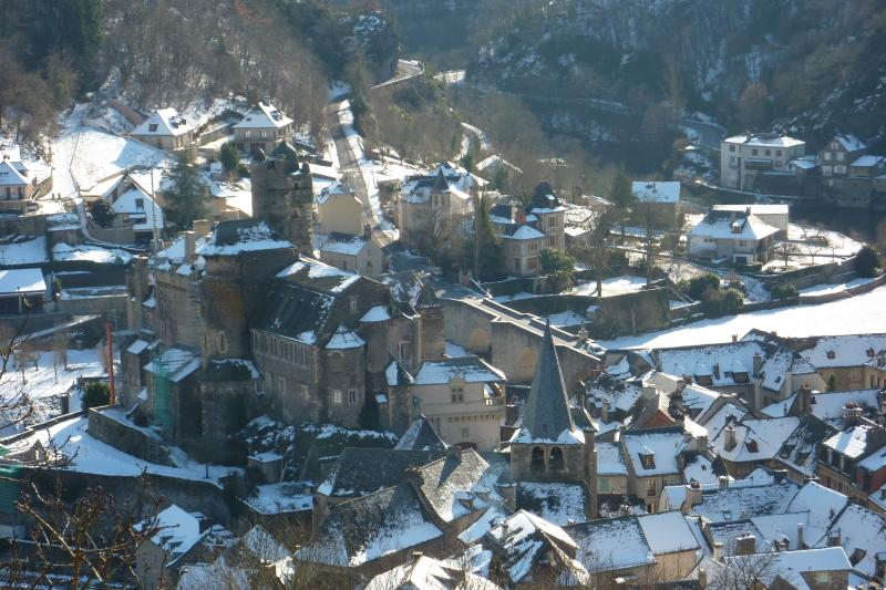 Looking at the village of Estaing in Winter