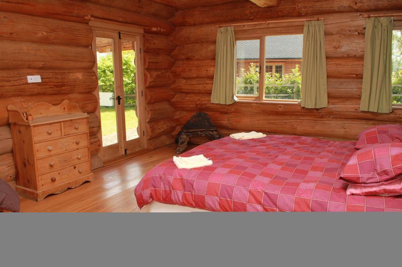 Master/Family Bedroom (super kingsize + 2 singles)