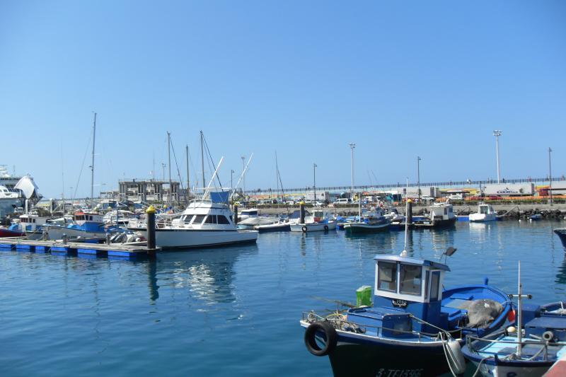 La bulliciosa pesca y ferry Puerto de Los Cristianos con cruces directos a otras tres islas