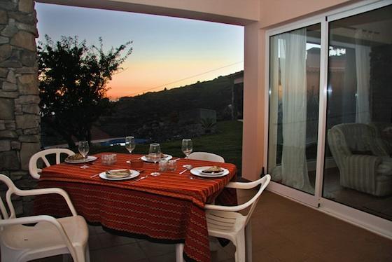 Salle à manger en plein air sur la terrasse (maintenant avec pleine longueur portes coulissantes en verre)