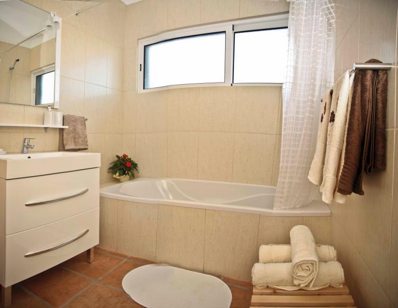 Deuxième salle de bains avec douche dans la baignoire