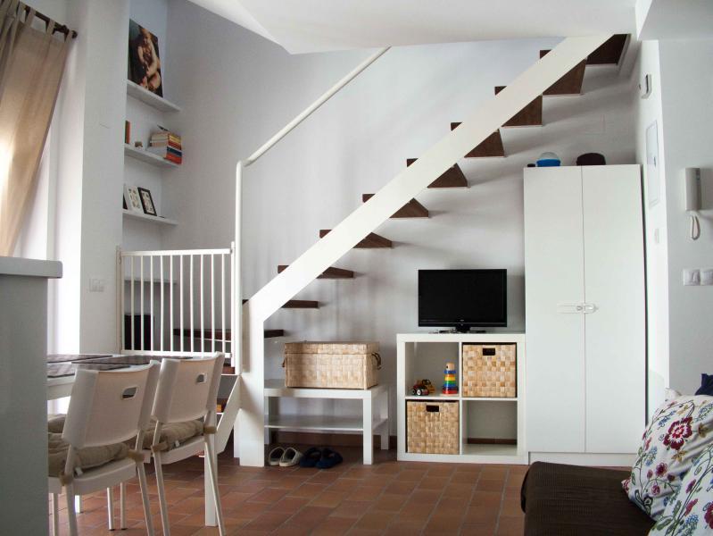Wohnraum mit einer eingerichteten kitchen_1. Sicherheitstür für Kinder.
