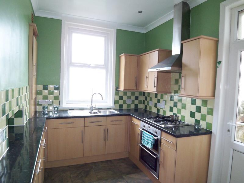 La cuisine est entièrement équipée avec une gamme complète d'appareils et d'équipements.