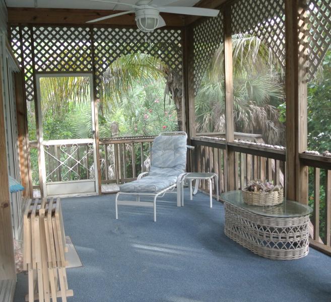grande alpendre rodeado por folhagem tropical fornece sombra fresca e agradável brisa