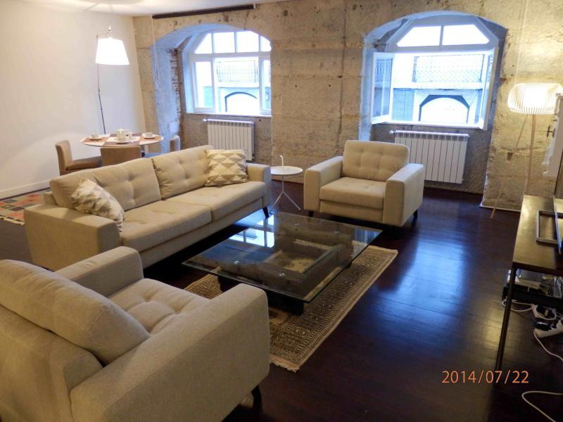 Vista de sala de estar con cómodo sofá de 3 personas y sillas de salón grande