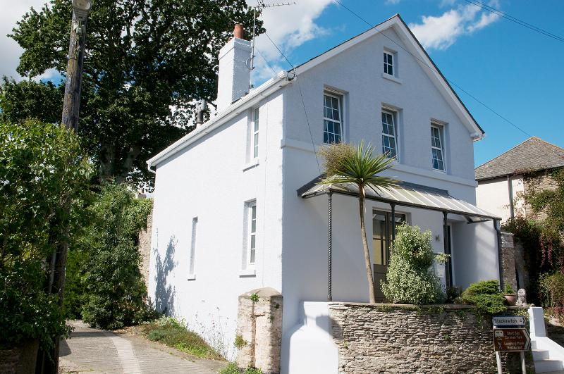 Walpole House, Coastal views & Log Fires, holiday rental in Bowden