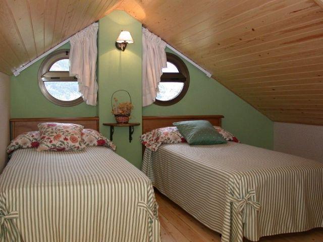 Dormitorio con aseo-ducha, ideal para parejas.