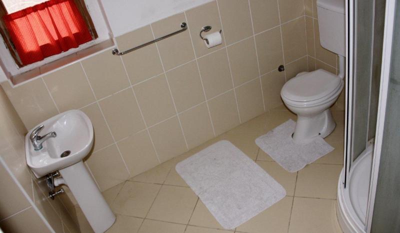 Segundo cuarto de baño tiene WC y ducha