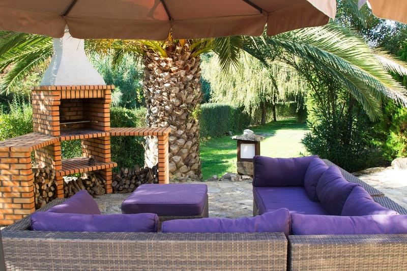 Lounge area with private BBQ and dining table. 1 hour from Lisbon and 20 minutes from the beach.