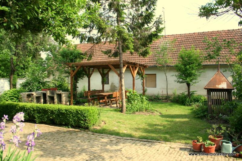 Jardín con zona de comedor exterior y barbacoa