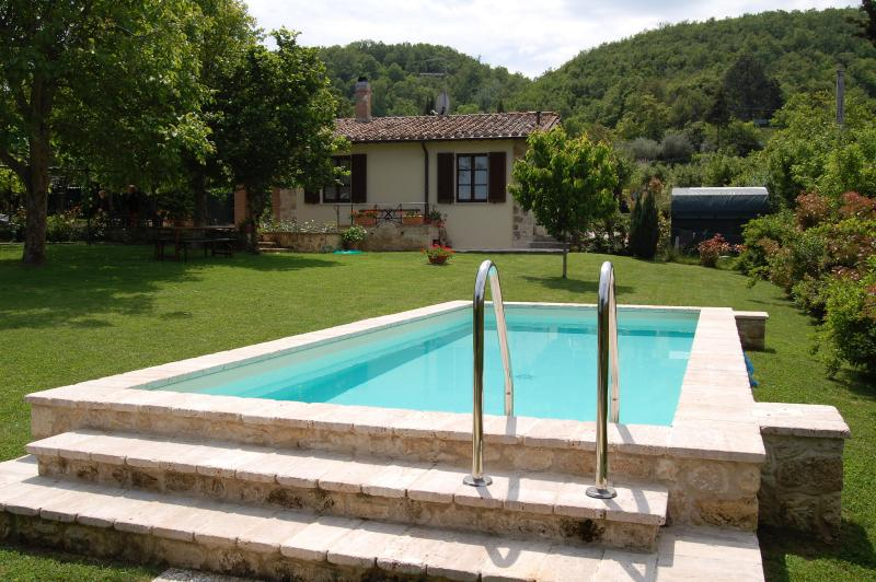 Delightful 2 bedroom farmhouse with beautiful private grounds and pool, vacation rental in Sarteano