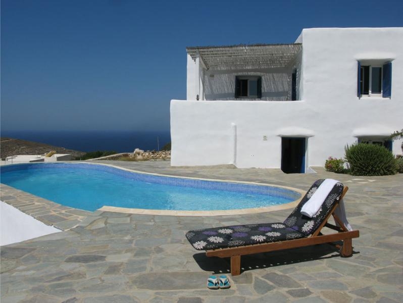 VILLA with PRIVATE POOL OVERLOOKING THE PORT IN PAROS- !LIMITED PERIOD OFFER!, alquiler vacacional en Paros