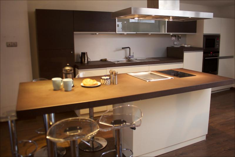 Fully equipped kitchen with island worktop and cooker