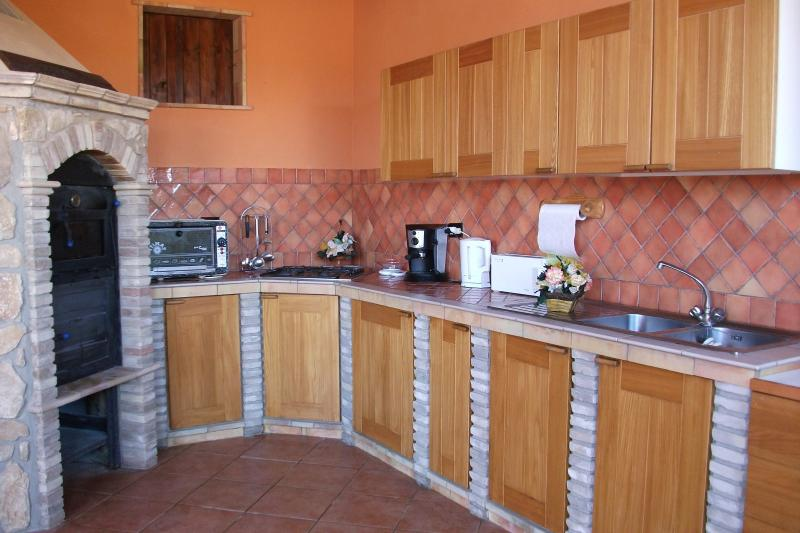 Fully equipped outside rustic kitchen with Pizza oven, BBQ & Fridge and Freezer,,,!