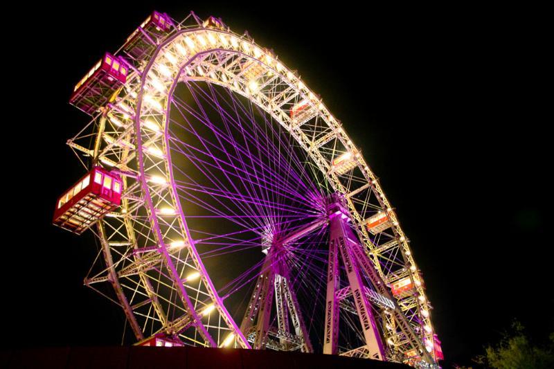 Viennas giant ferry wheel at night
