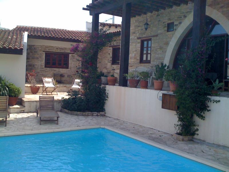 vue de la maison et l'annexe de la piscine