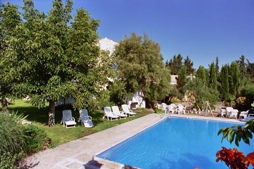 Large that swimming, play pool and resfrescarse in the Andalusian summer