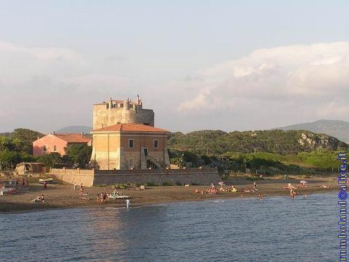 Il complesso torre vista da acqua-Villa Rosa è la casa rosa dietro la Torre