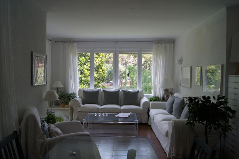 calm relaxing sitting room with 2 sofas and chairs