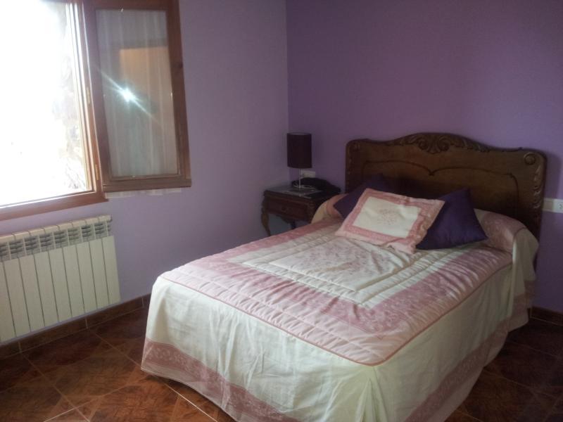 Habitación de matrimonio además  con cama individual. Vistas a la montaña del Turbón