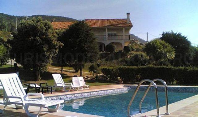 Chalet con piscina y campo de tenis a 5 Km de Baiona, alquiler vacacional en Oia