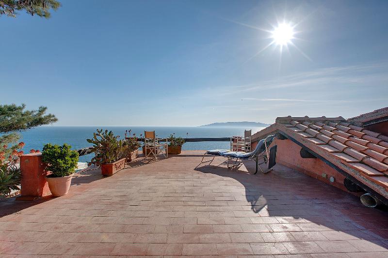 La terraza con una panorámica, sol, mar y relax total, que esto es lo que unas vacaciones en Caserosse