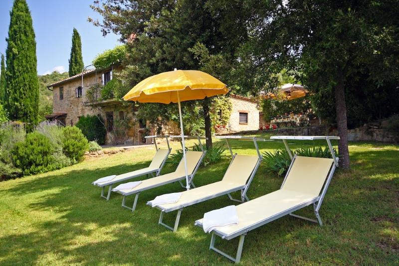 Set in the majestic Tuscan hills, six bedroom farmhouse with outdoor pool, private garden and gorgeous views, location de vacances à Cortona