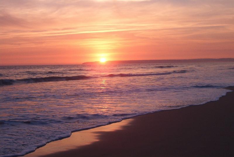 Magnífico atardecer en la Playa  de Atlanterra frente al apartamento.