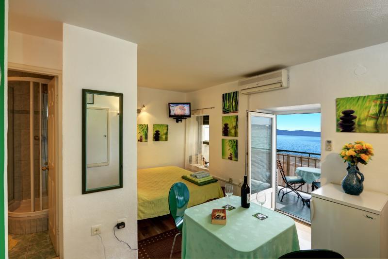 Splendid sunny sea view studio 'Green', aluguéis de temporada em Kastela