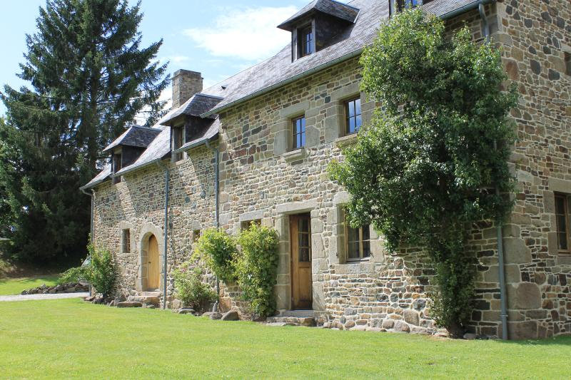 The Farmhouse - super spacious & comfortable, location de vacances à Barenton