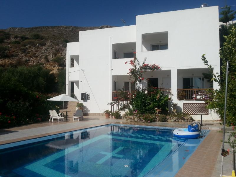 Robin's Nest' 1 Bedroom Apartment. Twin Beds Balcony  Sea & Mountain Views  (3), holiday rental in Platanias