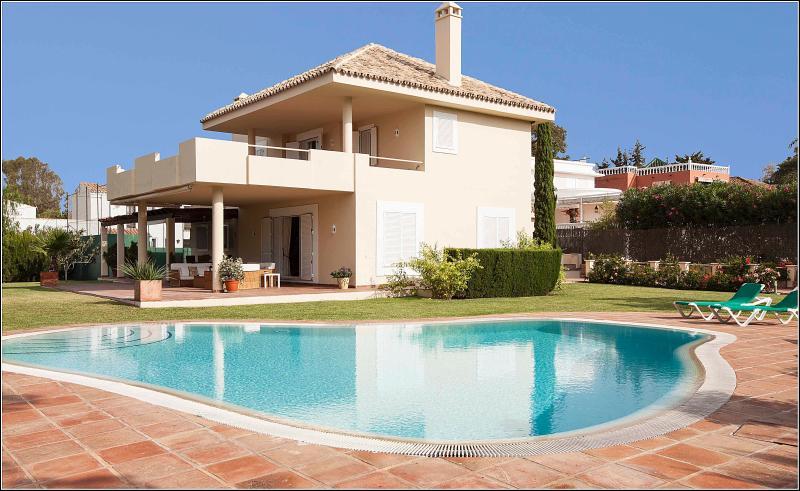 Villa with padel tennis court, vacation rental in Marbella