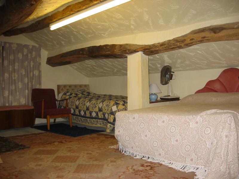 2ème chambre à l'étage. Lit double et deux lits simples. Rail de tiroirs et de vêtements.